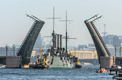 Passage van kruiserdageraad onder de Paleisbrug Rusland heilige-Petersburg, September 2014 Royalty-vrije Stock Foto