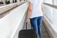 Passageiro com bagagem da mala de viagem no aeroporto imagens de stock