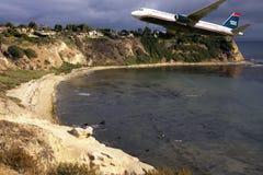 Passageiro comercial Jet Plane Landing do curso Imagem de Stock Royalty Free