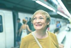 Passageiro da mulher do aposentado no estação de caminhos-de-ferro fotos de stock royalty free