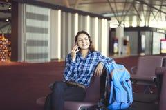 Passageiro da mulher na área de espera que espera seu voo Fotos de Stock