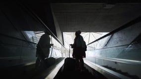 Passageiro da mulher da silhueta em escadas moventes vídeos de arquivo