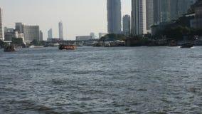 Passageiro dos povos tailandeses pelo ferryboat através do rio do chaophraya em Banguecoque, Tailândia filme