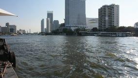 Passageiro dos povos tailandeses pelo ferryboat através do rio do chaophraya em Banguecoque, Tailândia vídeos de arquivo