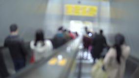 Passageiro em escada rolante movente no movimento do borrão da estação de metro de Shanghai video estoque