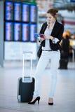 Passageiro fêmea consideravelmente novo no aeroporto imagem de stock royalty free