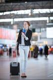 Passageiro fêmea consideravelmente novo no aeroporto fotografia de stock