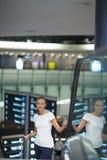 Passageiro fêmea novo no aeroporto foto de stock