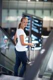Passageiro fêmea novo no aeroporto imagens de stock royalty free