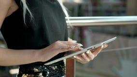Passageiro fêmea novo no aeroporto usando seu tablet pc ao esperar o voo, mulher bonita da menina dentro Imagens de Stock Royalty Free