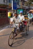 Passageiro levando do riquexó de ciclo em Nova Deli, Índia fotos de stock royalty free