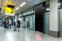Passageiro ou turista de Blury no terminal 2 da chegada fotografia de stock