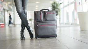 Passageiro que espera no aeroporto com mala de viagem imagens de stock royalty free