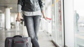 Passageiro que espera no aeroporto com mala de viagem foto de stock royalty free