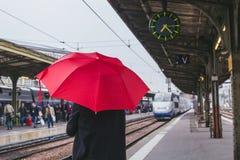 Passageiro que espera o trem na plataforma da estação de trem imagem de stock