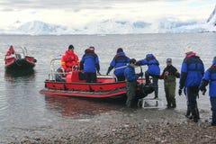 Passageiros da balsa dos barcos do zodíaco Fotos de Stock