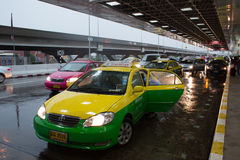 Passageiros da gota do táxi em Don Mueang International Airport Fotos de Stock