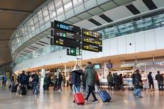 Passageiros da linha aérea no aeroporto Fotografia de Stock