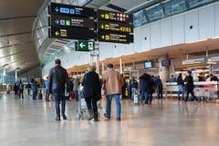 Passageiros da linha aérea no aeroporto Imagens de Stock
