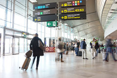 Passageiros da linha aérea no aeroporto Imagem de Stock Royalty Free