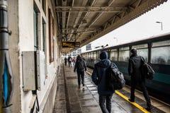 Passageiros de desembarque na estação da rua da rainha Fotografia de Stock Royalty Free