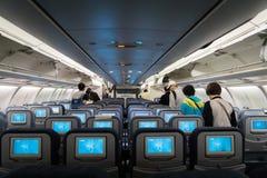 Passageiros dentro dos aviões de Air China Airbus após lannding Fotos de Stock Royalty Free