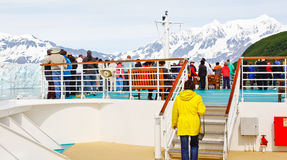 Passageiros do cruzeiro de Alaska na curva para a geleira Imagens de Stock