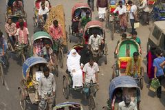 Passageiros do transporte dos riquexós em Dhaka, Bangladesh Foto de Stock