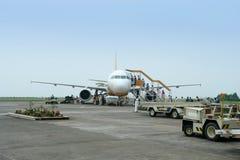 Passageiros e bagagem do carregamento do avião. imagens de stock royalty free