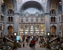 Passageiros e turistas em estação de caminhos-de-ferro de Antuérpia Imagens de Stock