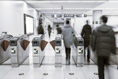 Passageiros fora da estação de metro Foto de Stock