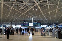 Passageiros na área da partida do terminal 1 no aeroporto internacional de Narita, Tóquio, Japão Foto de Stock