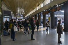 Passageiros na estação de trem do ` s St Lucia de Veneza fotos de stock