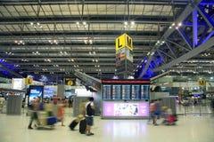 Passageiros na porta de partida do L-M dentro do aeroporto de Suvanaphumi Fotografia de Stock