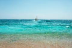 Barco que chega à praia foto de stock