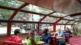 Passageiros no barco da excursão do canal em Amsterdão fotos de stock