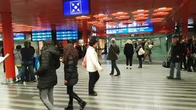 Passageiros no panorama principal do estação de caminhos-de-ferro video estoque