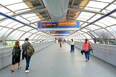Passageiros no telefone Aviv Savidor Central Railway Station Imagens de Stock Royalty Free