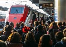 Passageiros prontos para embarcar o trem de alta velocidade de Frecciarossa na estação de trem de Veneza St Lucia Imagens de Stock