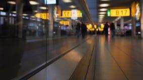 Passageiros que andam no elevador liso ao terminal, pressa para migrar, viagem do feriado filme