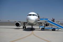 Passageiros que embarcam no aeroporto de Turpan Fotos de Stock Royalty Free