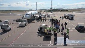 Passageiros que embarcam nos aviões da empresa de linha aérea Ryanair do baixo custo filme