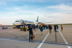 Passageiros que embarcam nos aviões da empresa de linha aérea Ryanair do baixo custo Imagens de Stock Royalty Free