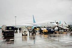 Passageiros que enfileiram e que embarcam o avião do orçamento no dia de verão chuvoso no terminal 1, Dublin Airport, Dublin, Irl Imagens de Stock