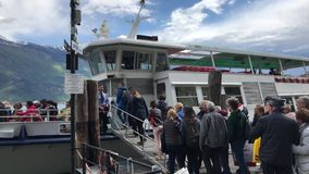 Passageiros que entram na balsa de passageiro San Marco no lago Garda, Itália filme
