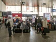Passageiros que esperam e que apressam-se ao ?nibus na sala de espera da esta??o de ?nibus de Vars?via Zachodnia foto de stock royalty free