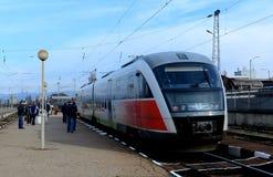 Passageiros que esperam o trem em Sofia Bulgaria, o 25 de novembro de 2014 Imagens de Stock Royalty Free