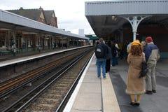 Passageiros que esperam um trem foto de stock royalty free