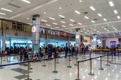 Passageiros que preparam-se para registrar em Clark Airport Terminal, Clark, Filipinas, dezembro 21,2018 fotos de stock