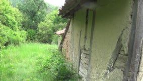 Passagem ao lado da casa velha e abandonada video estoque